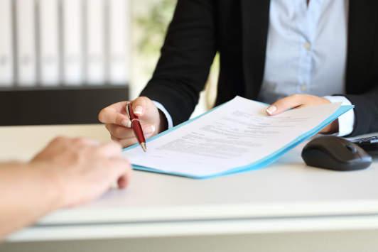 Unterzeichnung Aufhebungsvertrag zwischen Arbeitsgeber und Arbeitnehmer