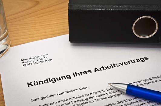 Brief mit Kündigung auf dem Schreibtisch