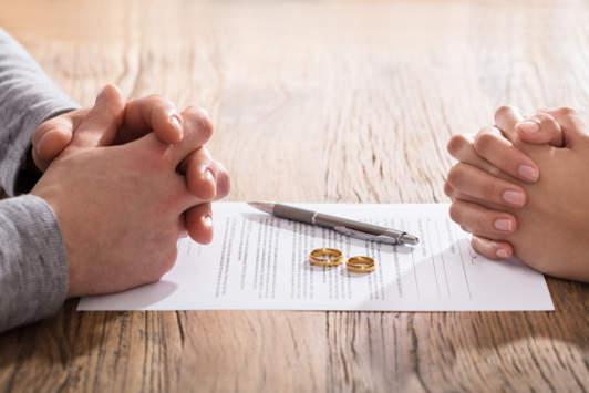 Ehepaar dabei die Scheidung zu unterschreiben